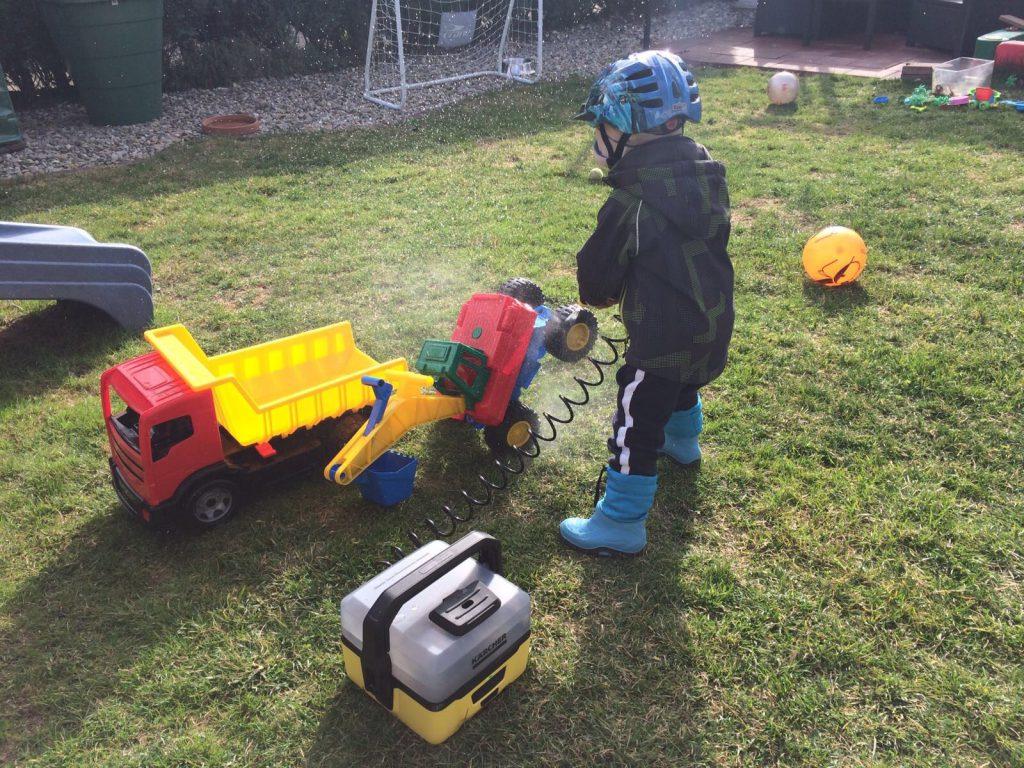 Mit dem Kärcher to go Spielzeug reinigen
